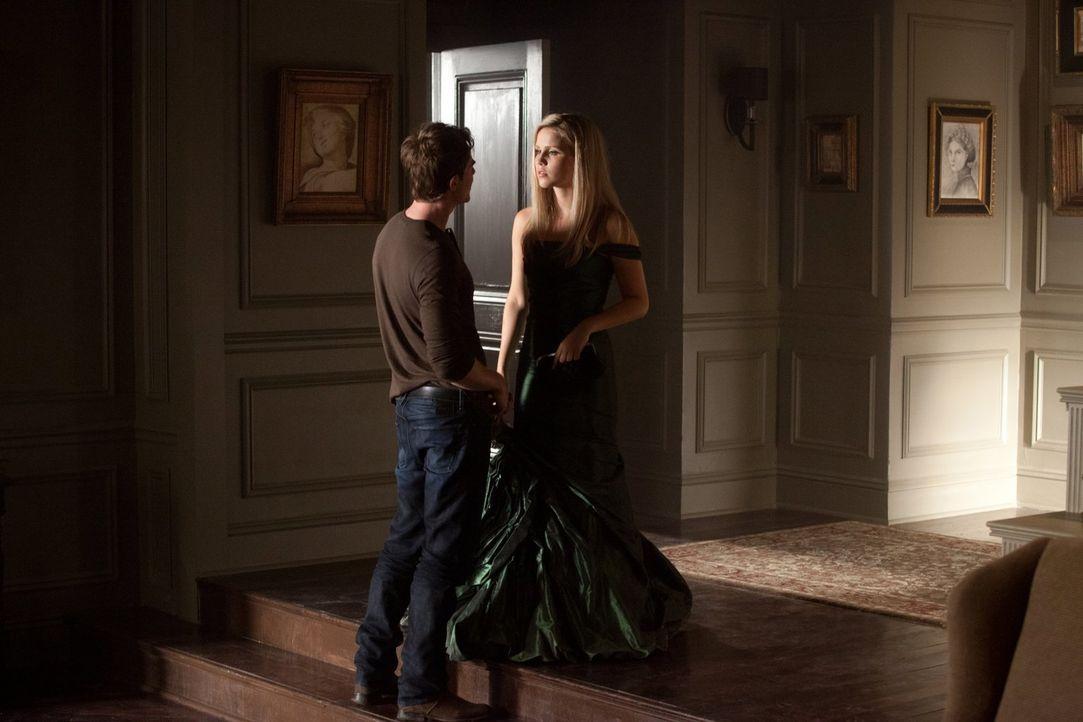 Kol (Nathaniel Buzolic, l.) kann sich einen schnippischen Kommentar Rebekah (Claire Holt, r.) gegenüber nicht verkneifen, als diese morgens nachhaus... - Bildquelle: Warner Brothers