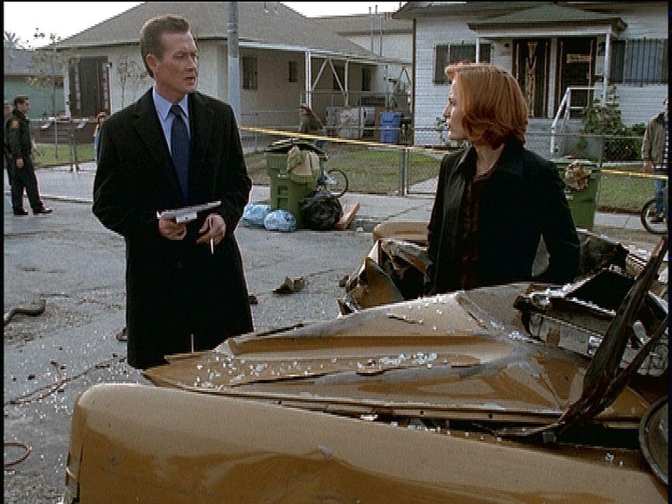 Scully (Gillian Anderson, r.) und Doggett (Robert Patrick, l.) rätseln, wie der Unfallwagen so stark beschädigt werden konnte. - Bildquelle: TM +   2000 Twentieth Century Fox Film Corporation. All Rights Reserved.