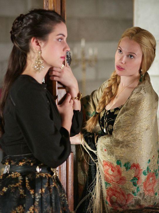 Während Mary (Adelaide Kane, l.) ihre Gefühle für Gideon zu unterdrücken versucht, muss Greer (Celina Sinden, r.) eine wichtige Entscheidung treffen... - Bildquelle: Sven Frenzel 2016 The CW Network, LLC. All rights reserved.