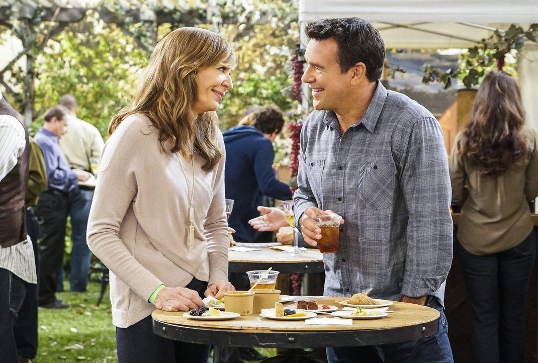 Der Charme von Joe (David James Elliott, r.) hat es Bonnie (Allison Janney, l.) angetan. Dabei ist sie doch eigentlich glücklich vergeben ... - Bildquelle: 2016 Warner Bros. Entertainment, Inc.