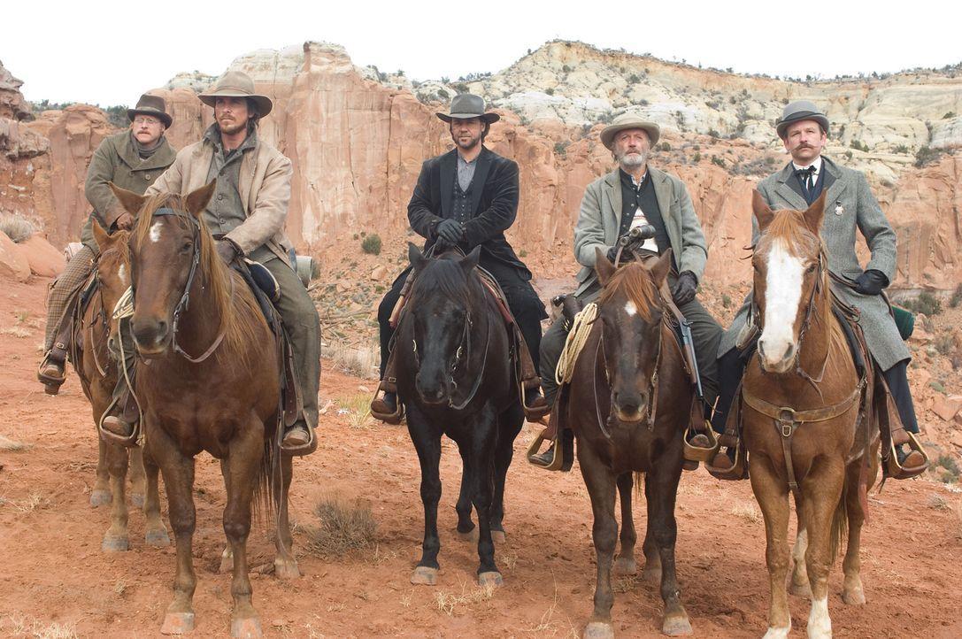 Für 200 Dollar soll Dan (Christian Bale, 2.v.l.) gemeinsam mit einer Handvoll Männer (Alan Tudyk, l. und Peter Fonda, 2.v.r.) den berüchtigten Bandi... - Bildquelle: 2007 Yuma, Inc. All Rights Reserved.