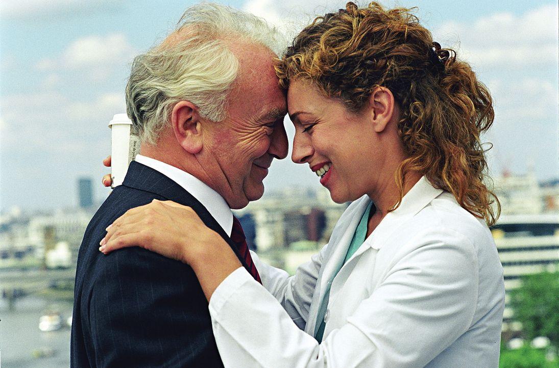 Bei ihrem Vater Charles (Paul Freeman, l.) findet Elizabeth Corday (Alex Kingston, r.) nach dem Tod ihres Mannes Trost und Halt. Doch in dem Londone... - Bildquelle: TM+  2000 WARNER BROS.
