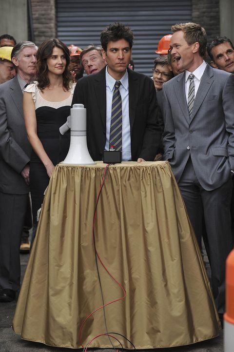 Die Sprengung des Arcardian steht bevor: Barney (Neil Patrick Harris, r.), Ted (Josh Radnor, M.) und Robin (Cobie Smulders, l.) ... - Bildquelle: 20th Century Fox International Television