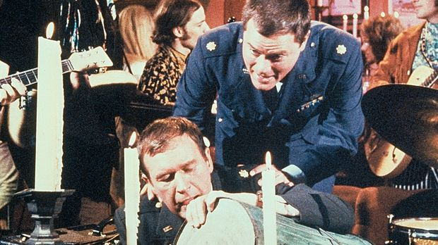 Tony (Larry Hagman, r.) findet seinen Freund Roger (Bill Daily, l.) zwischen...