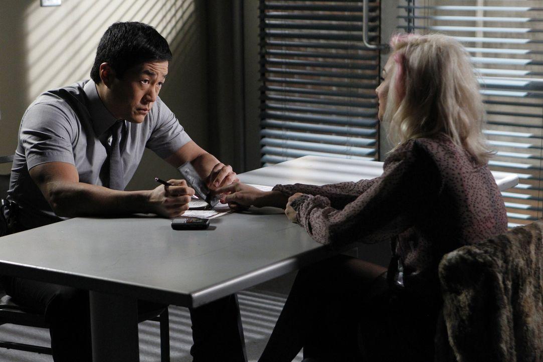 Nachdem eine Undercover-Drogenfahnderin ermordet aufgefunden wird, beginnt Kimball (Tim Kang, l.) sofort mit den Ermittlungen. Er stößt dabei auf da... - Bildquelle: Warner Bros. Television