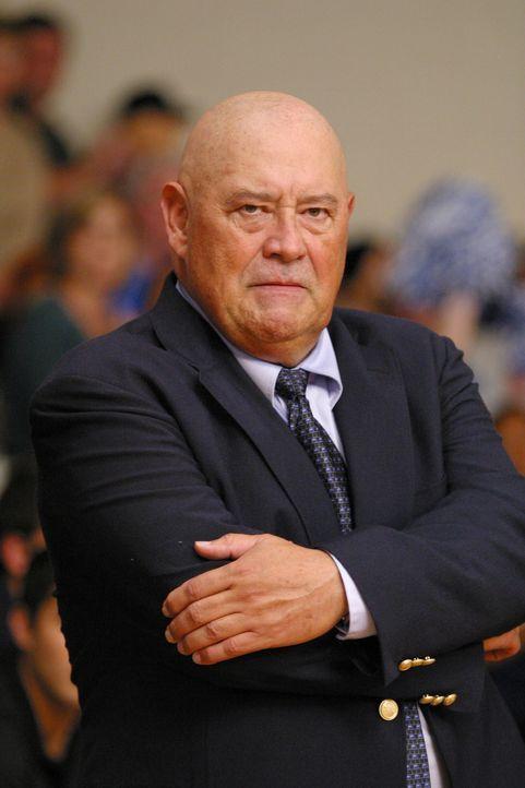 Lucas hat in seinem ersten Basketballspiel im Team komplett versagt und überlegt ob es nicht wieder aussteigen sollte, doch Trainer Whitey (Barry C... - Bildquelle: Warner Bros. Pictures