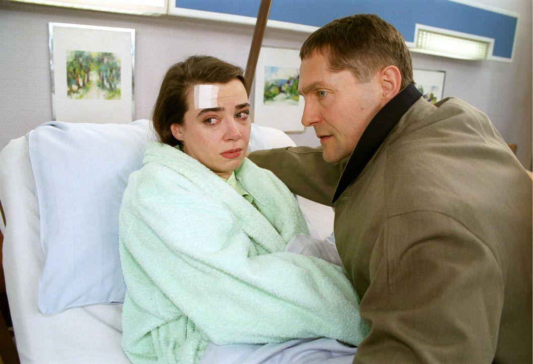 Fred (Udo Schenk, r.) ist nicht nur Martinas Mann und Theresas Vater, sondern auch der Geliebte von Lorna (Stefanie Kock, l.) ... - Bildquelle: Noreen Flynn Sat.1