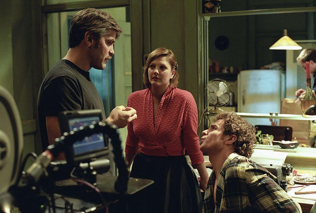 """Gemeinsam mit der verrückten Penny (Drew Barrymore, M.) entwickelt Chuck (Sam Rockwell, r.) Shows, wie das """"Dating Game"""" und moderiert die """"Gong Sh... - Bildquelle: Takashi Seida Miramax Films"""
