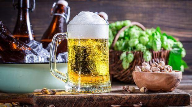 bier-krug-flaschen-hopfen