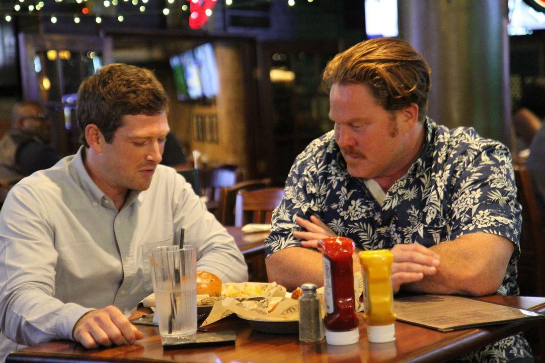 """Casey Webb (r.) ist begeistert vom riesigen Angebot im """"Timothy O'Toole's Pub"""", doch was sagen die anderen Gäste? - Bildquelle: 2017,The Travel Channel, L.L.C. All Rights Reserved."""