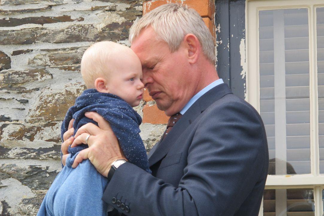 Nach dem Tod seines Vaters gerät Doc Martin (Martin Clunes, r.) in eine schwere Lebenskrise, aus der er nicht herauszufinden scheint. Alle guten Rat... - Bildquelle: BUFFALO PICTURES/ITV