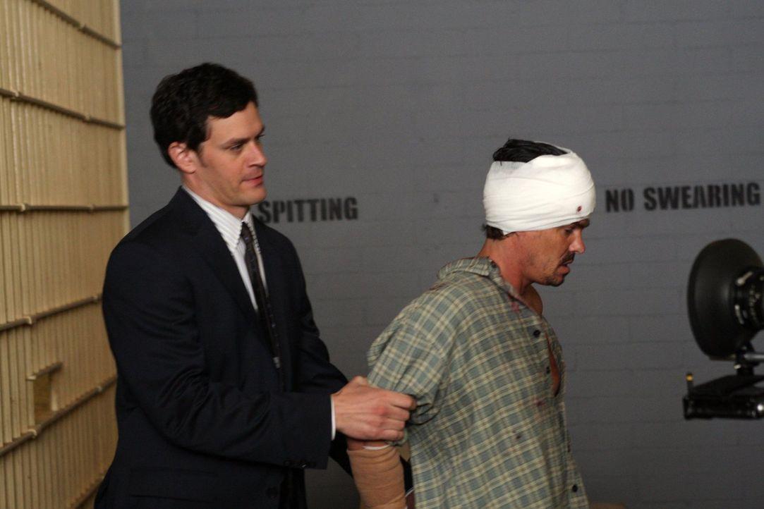Detective Russell Clarke (Tom Everett Scott, l.) verhaftet den drogensüchtigen Skylar (Jeff Cahill, r.), der offensichtlich sein Kind ausgesetzt hat... - Bildquelle: Warner Brothers