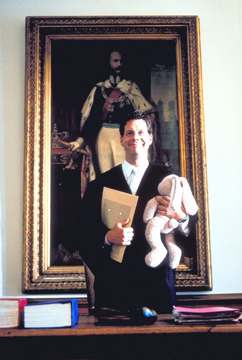 Zur Verhandlung erscheint Fridolin (Thomas Heinze), der im Körper seines Vaters steckt, samt Kuscheltier ... - Bildquelle: Rolf von der Heydt ProSieben