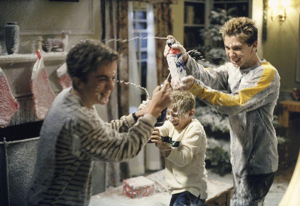 Malcolm (Frankie Muniz, l.), Dewey (Erik Per Sullivan, M.) und Reese (Justin Berfield) veranstalten eine Zimmerschlacht. - Bildquelle: TM +   Twentieth Century Fox Film Corporation. All Rights Reserved.