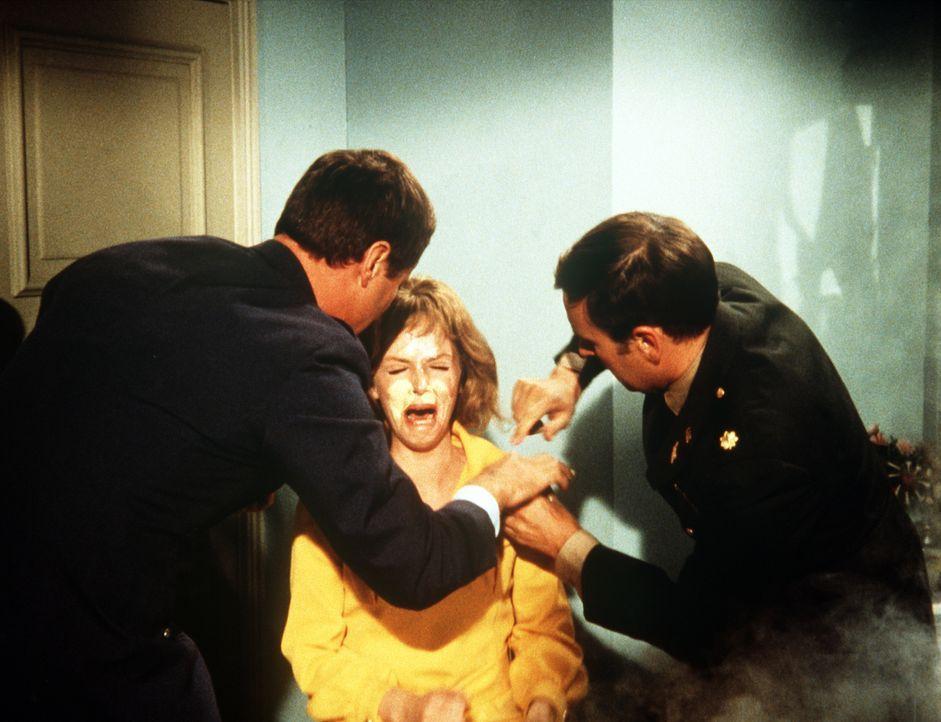 Tony (Larry Hagman, l.) und Roger (Bill Daily, r.) unternehmen alles, um die Verwandlung von Mrs. Bellows (Emmaline Henry, M.) rückgängig zu machen ...