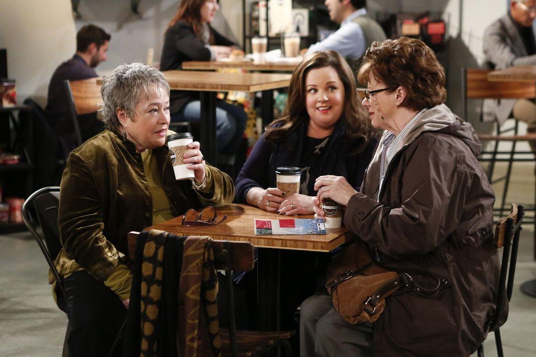 Molly (Melissa McCarthy, M.) findet Peggys (Rondi Reed, r.) Kindheitsfreundin Kay (Kathy Bates, l.) einfach großartig - damit sind neue Konflikte zw... - Bildquelle: Warner Brothers