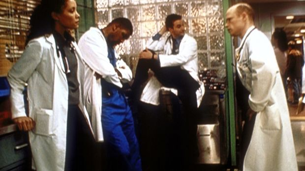Dr. Romano (Paul McCrane, r.) maßregelt Benton (Eriq La Salle, 2.v.l.) und Cl...