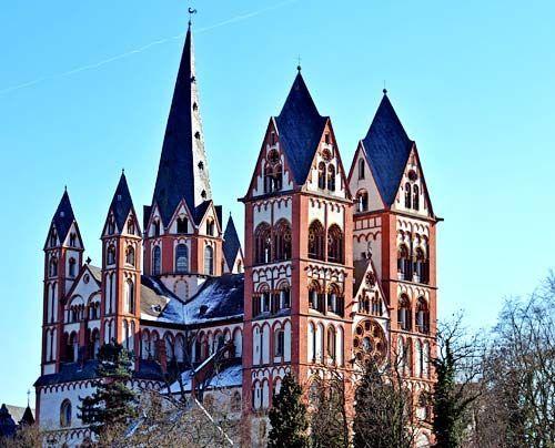 """Dieser siebentürmige """"Felsendom""""  ragt von weitem sichtbar über der Altstadt von Limburg (Hessen) empor. Besonderes Merkmal des imposanten spätro... - Bildquelle: dpa"""