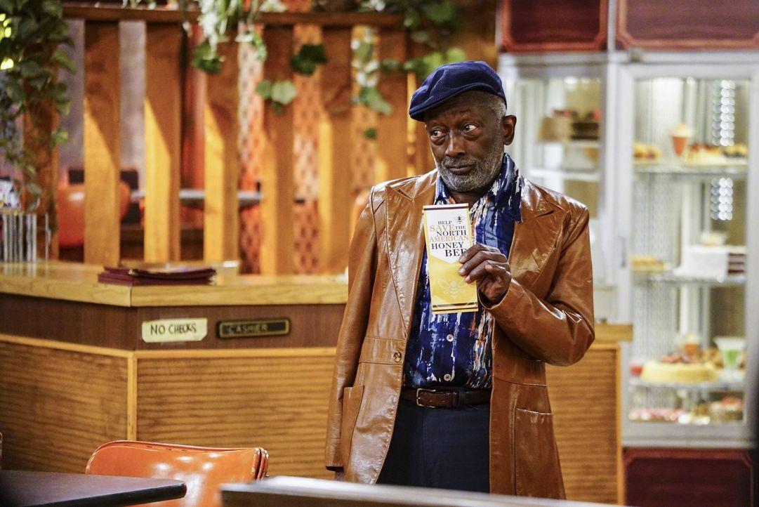 Earl (Garrett Morris) lässt sich von einer Charity-Mitarbeiterin bequatschen und versucht anschließend auch die Anderen zu bekehren ... - Bildquelle: Warner Bros. Television