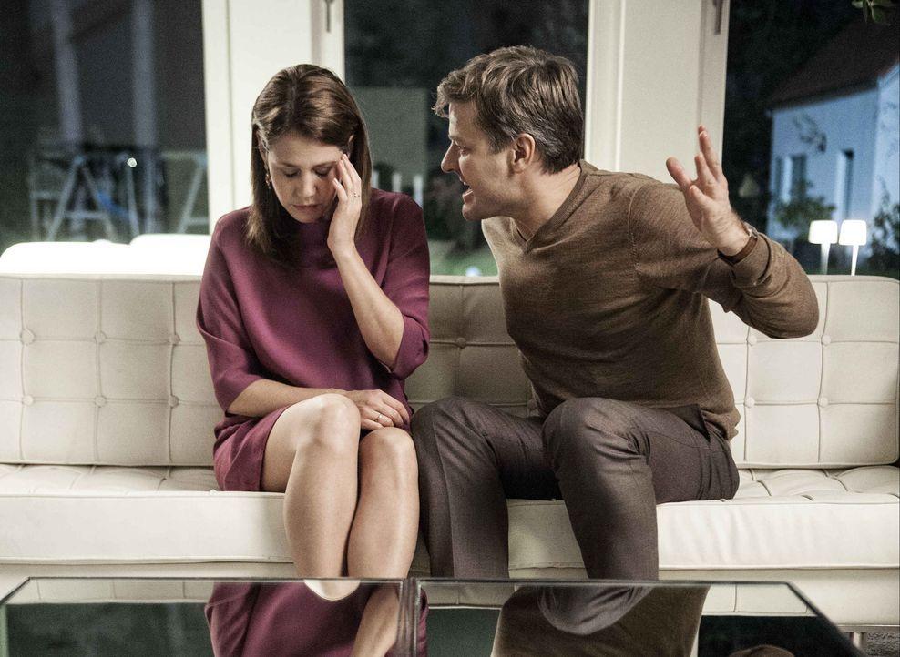 Gefangen in einem Kokon aus Angst: Leonie (Felicitas Woll, l.) gibt sich völlig auf, damit ihr Mann (Marcus Mittermeier, r.) sie nicht wieder schläg... - Bildquelle: Britta Krehl SAT.1