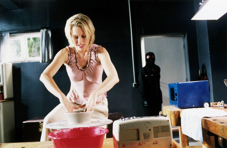 Um das Beseitigungsproblem zu lösen, muss Doris (Gruschenka Stevens) die Leiche zerteilen, danach in überschaubare Portionen verpacken, um sie dann... - Bildquelle: Christian A. Rieger ProSieben