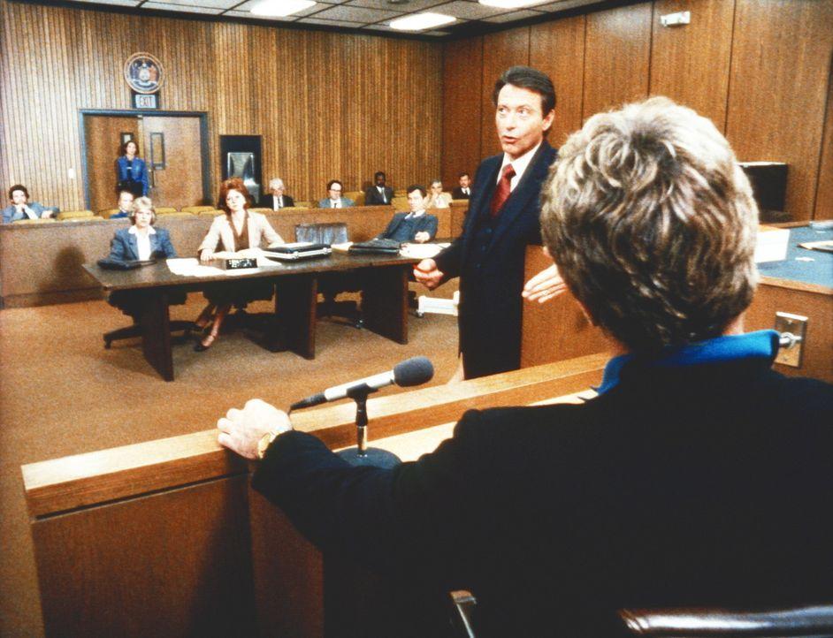 Hennesseys Anwalt versucht vor Gericht, die Glaubwürdigkeit von Cagneys (Sharon Gless, hinten l.) Zeugen in Frage zu stellen. - Bildquelle: ORION PICTURES CORPORATION. ALL RIGHTS RESERVED.