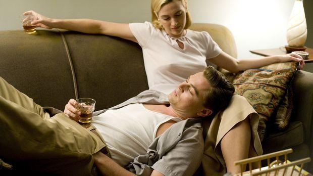 Die liebevolle Idylle trügt: April (Kate Winslet, r.) und Frank Wheeler (Leon...