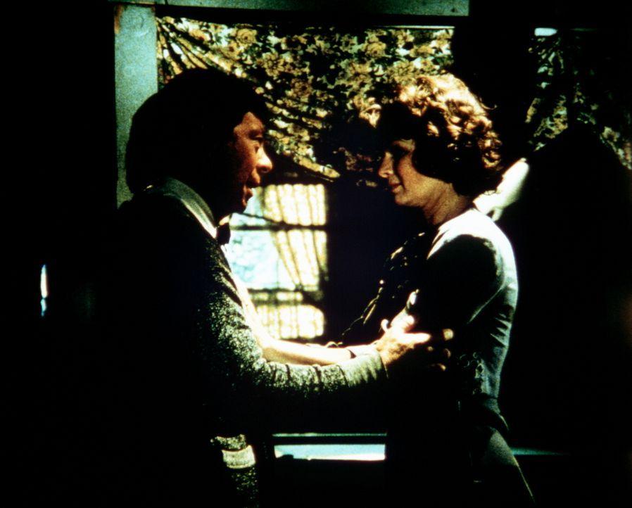Ike Godsey (Joe Conley, l.) ist ratlos. Seine Frau Corabeth (Ronnie Claire Edwards, r.) ist seit einiger Zeit vollkommen verändert. Sie geht jeder A... - Bildquelle: WARNER BROS. INTERNATIONAL TELEVISION