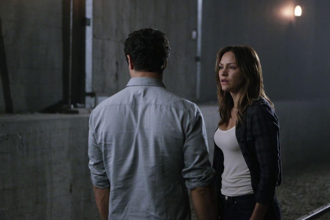 Paige (Katharine McPhee, r.) ist geschockt, als ihr bewusst wird, in welche Gefahr sich Walter (Elyes Gabel, l.) für sie bringt ... - Bildquelle: Sonja Flemming 2015 CBS Broadcasting, Inc. All Rights Reserved.