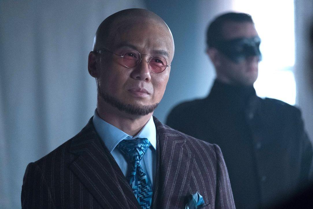 Von Dr. Strange (BD Wong) erhält Bruce eine Waffe, die das Virus, dass ganz Gotham zerstören könnt, enthält ... - Bildquelle: Warner Brothers