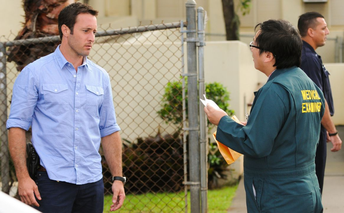 Versuchen, den Mord an Laura, der Urenkelin eines reichen Unternehmers, aufzuklären: Steve (Alex O'Loughlin, l.) und Max (Masi Oka, r.) ... - Bildquelle: 2013 CBS Broadcasting Inc. All Rights Reserved