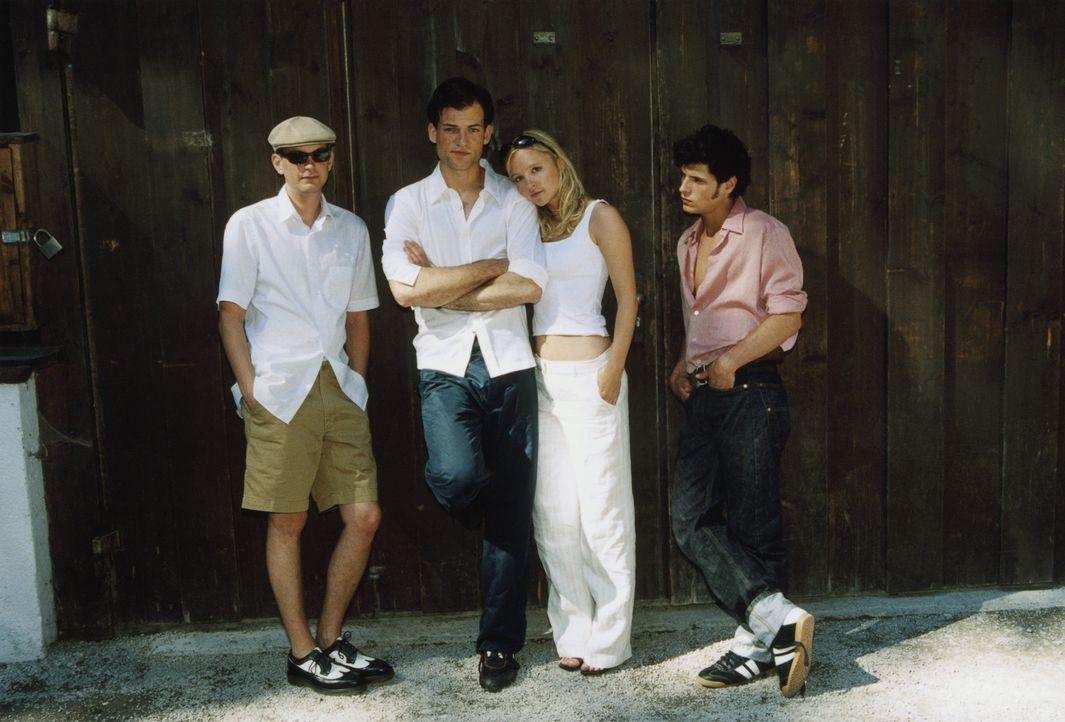 Die Clique (Johanna Klante, 2.v.r., Daniel Krauss, l., Manuel Cortez, r.) um den Studenten Alexander (Torben Liebrecht, 2.v.l.) setzt sich ein bizar... - Bildquelle: ProSieben