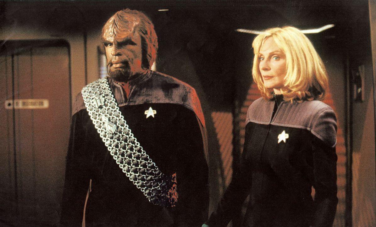 Worf (Michael Dorn, l.) und die Schiffsärztin Dr. Crusher (Gates McFadden, r.) sind auf der Flucht vor den Borg ... - Bildquelle: Paramount Pictures