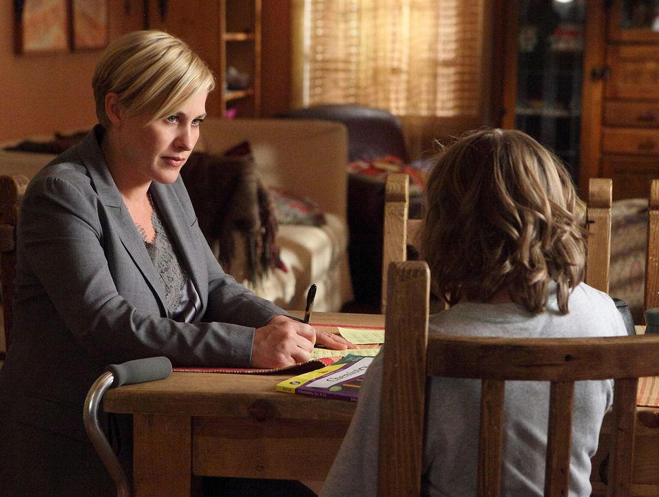 Bridgette (Maria Lark, r.) ist froh, dass ihre Mutter Allison (Patricia Arquette, l.) wieder zuhause ist. - Bildquelle: Paramount Network Televis