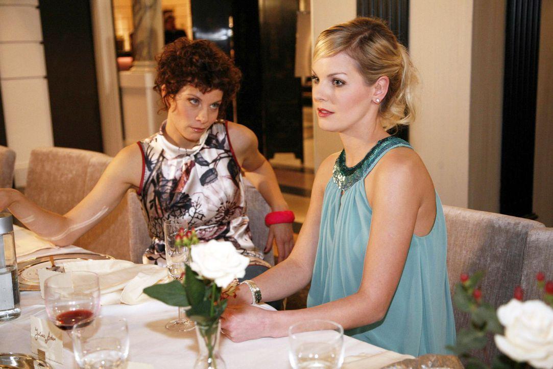 Emily (Anna Schäfer, l.) freut sich, dass Alexandra (Ivonne Schönherr, r.) sich für ihre Mode einsetzt ... - Bildquelle: SAT.1