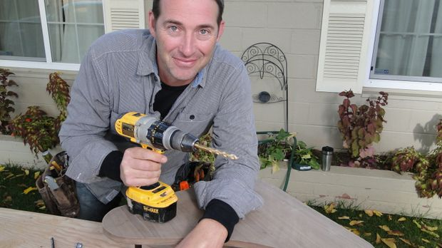 Bauunternehmer Josh Temple sucht in Baumärkten nach Heimwerkern, die Hilfe be...