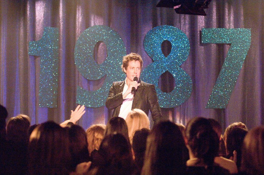 """Seit der Trennung von """"Pop!"""", Anfang der Neunziger, schlägt Alex Fletcher (Hugh Grant) sich mit 80er-Retroshows in Vergnügungsparks und auf Jahrm - Bildquelle: Warner Bros."""
