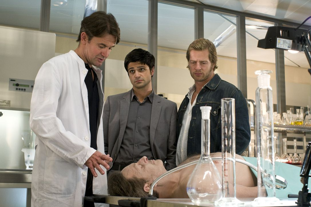 Pathologe Roland Meisner (Robert Lohr, l.) nimmt Andreas Kringge (Maximilian Grill, M.) schnell alle Illusionen, dass der Tote freiwillig aus dem Le... - Bildquelle: Martin Rottenkolber SAT.1
