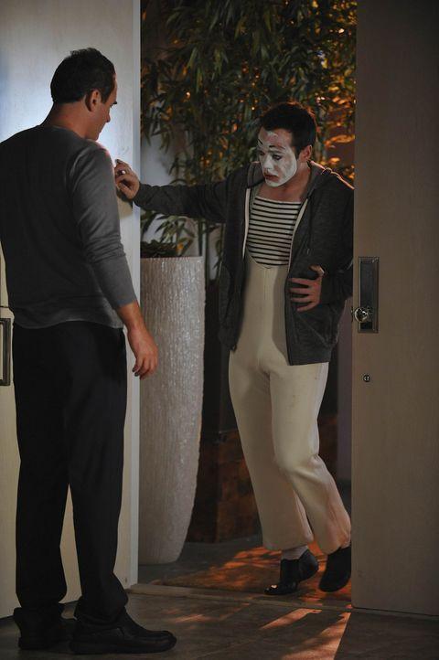Nach und nach finden Christian (Julian McMahon, l.) und Sean heraus, dass Matt (John Hensley, r.) seine Maskierung als Pantomime dazu benutzt, klein... - Bildquelle: Warner Bros. Entertainment Inc. All Rights Reserved.