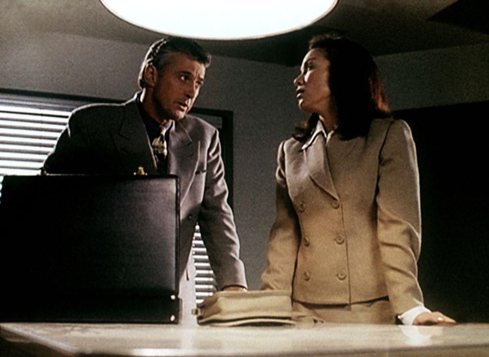 Anwalt Worthy (David Dukes, l.) bespricht mit seiner Mandantin Mary Capshaw (Marta Martin, r.), die unter Mordverdacht steht, die Verteidigungsstrat... - Bildquelle: Viacom