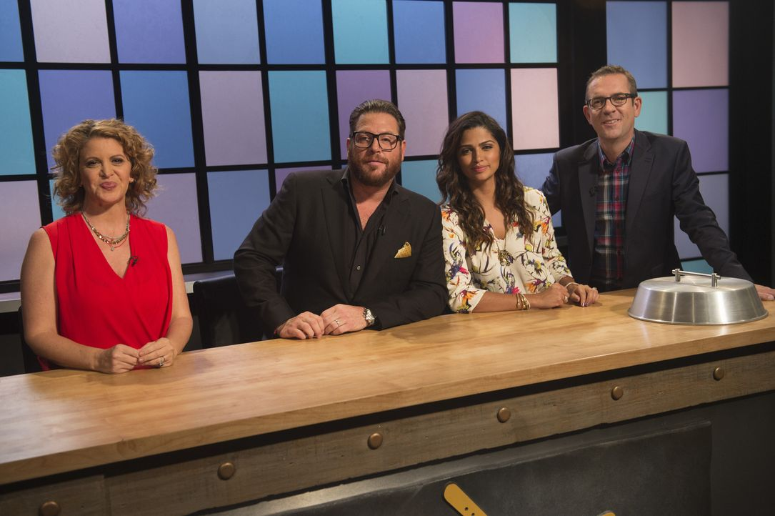 Die Feinschmecker Michelle Bernstein (l.), Scott Conant (2.v.l.) und Model Camila Alves (2.v.r.) beurteilen die Junior-Köche und probieren die Kochk... - Bildquelle: Scott Gries 2015, Television Food Network, G.P. All Rights Reserved