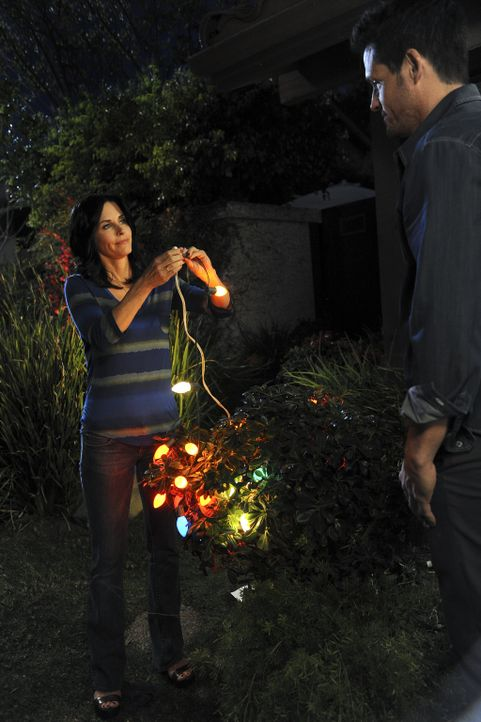 Jules (Courteney Cox, l.) erklärt dem langsam aufblühenden Grayson (Josh Hopkins, r.), dass er bei der rechthaberischen Ellie nicht nachgeben darf... - Bildquelle: 2009 ABC INC.