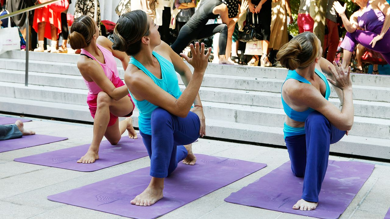 yoga-drehender-held-koerperdrehung-11-09-13-Amy-Sussman-getty-AFP