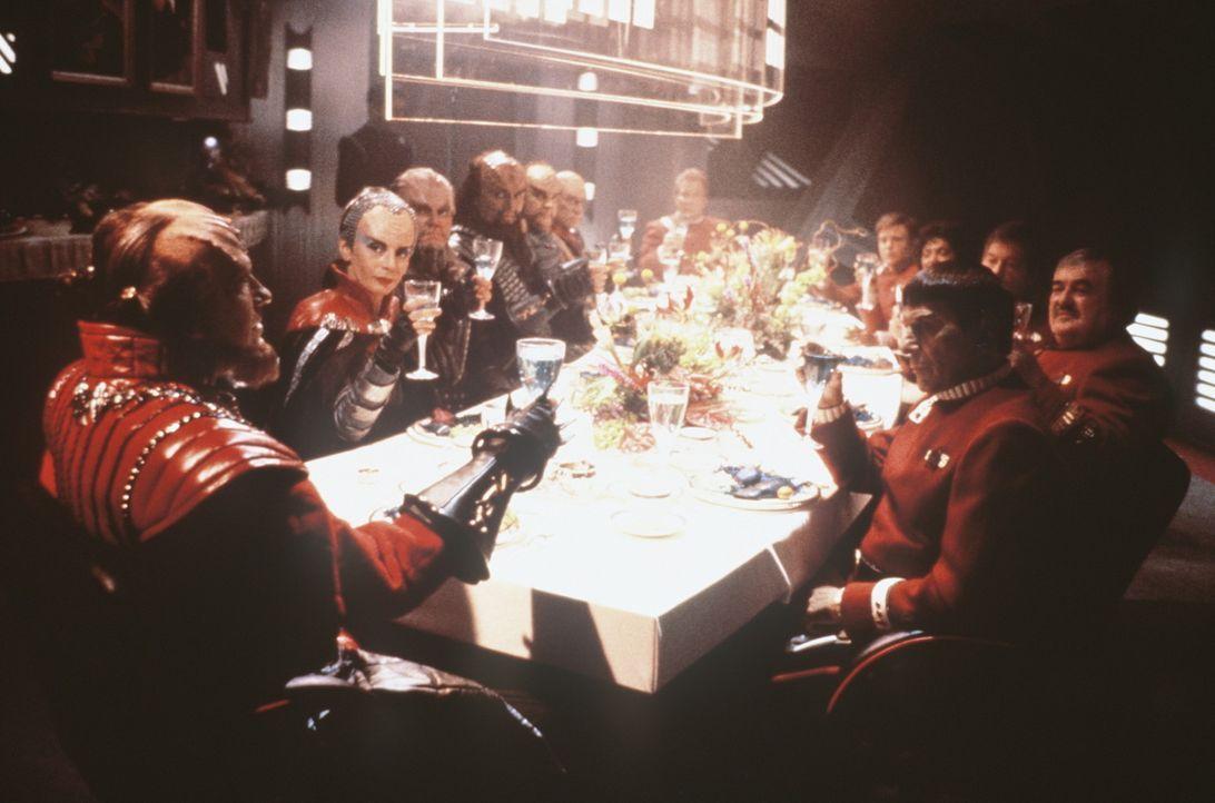 """Die Klingonen mit ihrem Kanzler Gorkon (David Warner, l.) auf der """"Enterprise"""". Sie trinken auf das unentdeckte Land – die Zukunft. - Bildquelle: Paramount Pictures"""