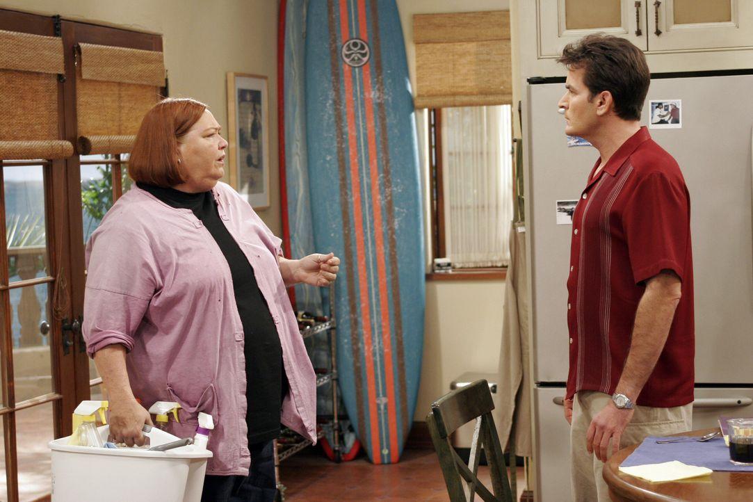 Berta (Conchata Ferrell, l.) und Charlie (Charlie Sheen, r.) sind mal wieder nicht einer Meinung ... - Bildquelle: Warner Brothers Entertainment Inc.