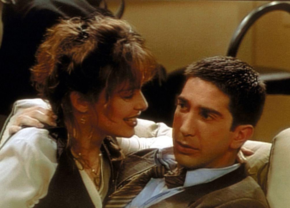Celia (Melora Hardin, l.) ist in Ross (David Schwimmer, r.) verliebt und möchte, dass er ihr Liebesworte zuflüstert, womit Ross aber eindeutig üb... - Bildquelle: TM+  2000 WARNER BROS.