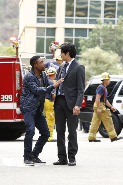 Als Stadtrat Pena in seinem Auto in die Luft gesprengt wird, werden Carter (Justin Hires, l.) und Lee (Jon Foo, r.) mit den Ermittlungen beauftragt.... - Bildquelle: Warner Brothers