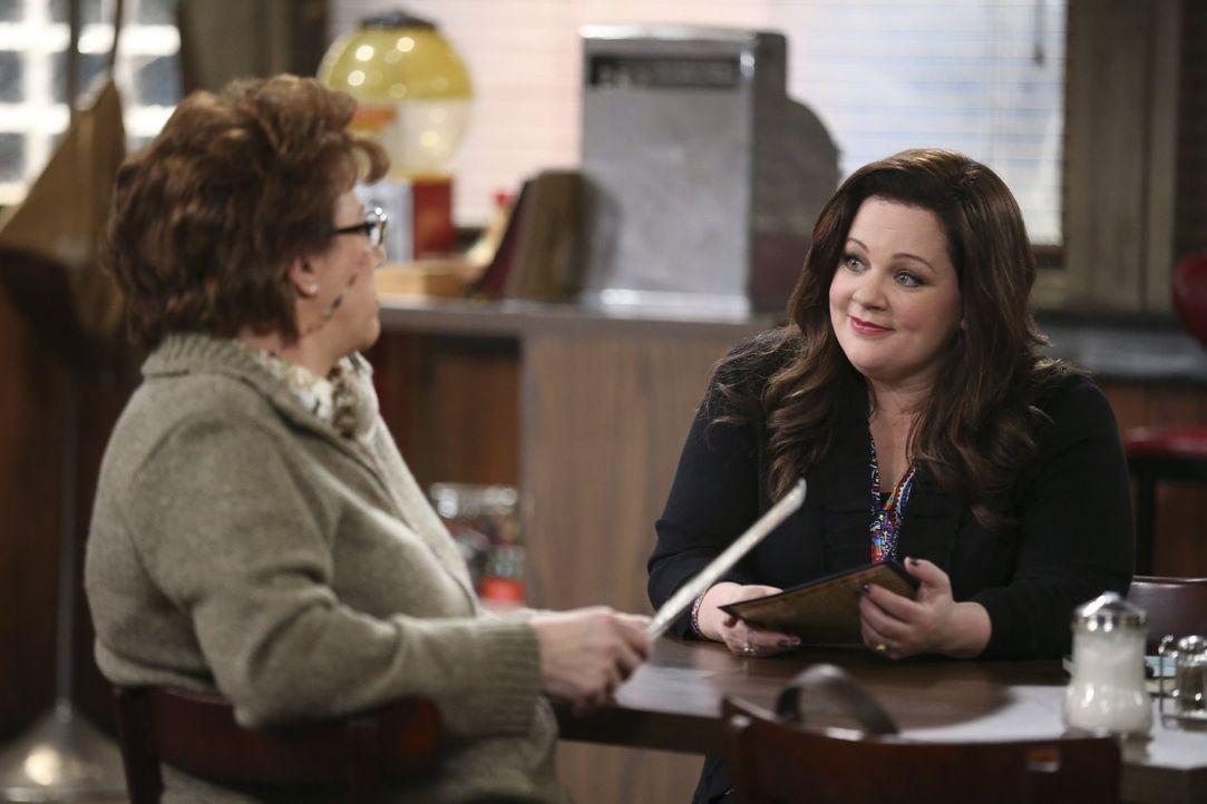 Molly (Melissa McCarthy, r.) hat eine ganz besondere Überraschung für ihre Schwiegermutter Peggy (Rondi Reed, l.) ... - Bildquelle: Warner Brothers