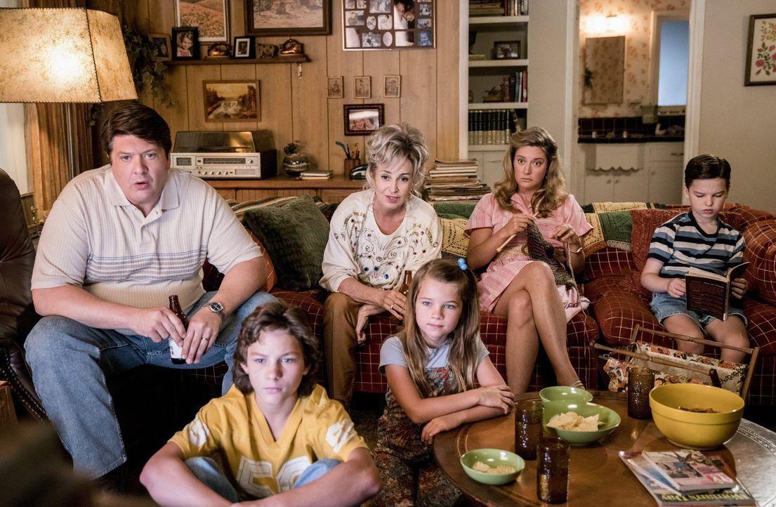 Während Football für (v.l.n.r.) George (Lance Barber), Georgie (Montana Jordan), Meemaw (Annie Potts), Missy (Raegan Revord) und Mary (Zoe Perry) ei... - Bildquelle: Warner Bros.