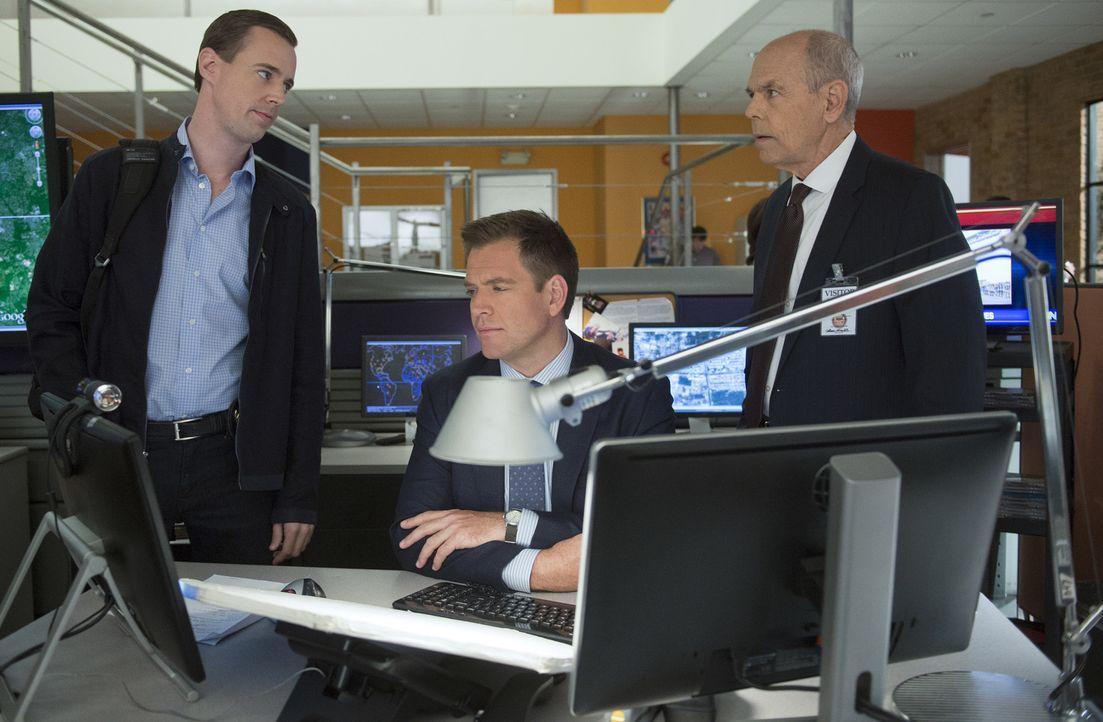 Gibbs' greift gemeinsam mit McGee (Sean Murray, l.) und Tony (Michael Weatherly, M.) seinem alten Freund Fornell (Joe Spano, r.) bei den Ermittlunge... - Bildquelle: Neil Jacobs CBS Television